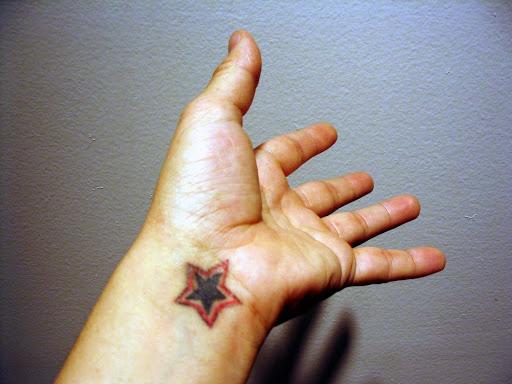 Pequena Tatuagem de Estrela no Pulso