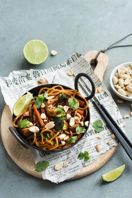 Wok de poulet, légumes et nouilles chinoises