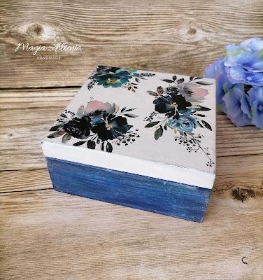 205. Pudełko z motywem kwiatów