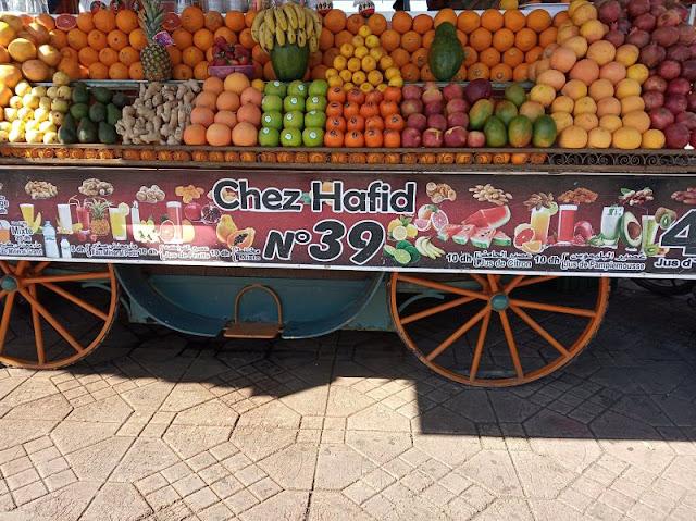 banco frutta nella piazza di marrakech
