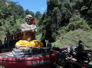 patung gajah mada di air terjun madakaripura