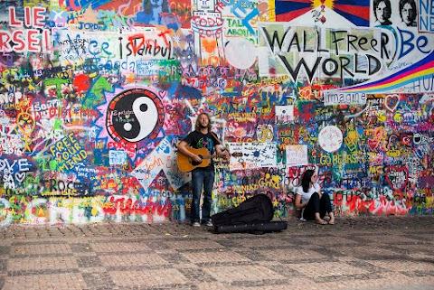 Nagyobb védelmet akar a prágai Lennon-falnak a Máltai Lovagrend