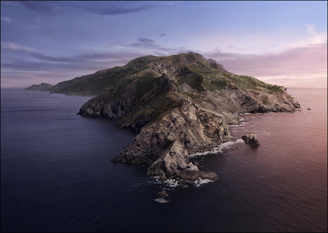 خلفية macOS Catalina الأساسية لجزيرة صخرية محاطة بالبحر.