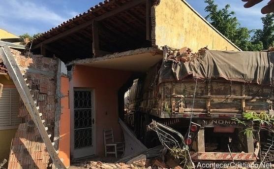 Camión impacta con casa y destruye paredes