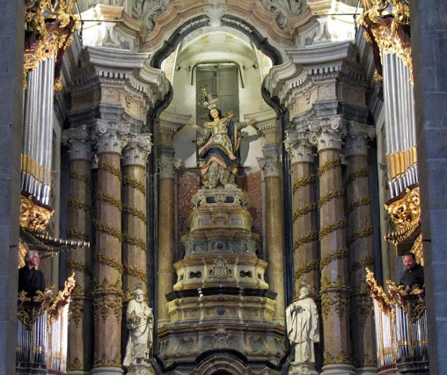 altar-mor da Igreja dos Clérigos no Porto