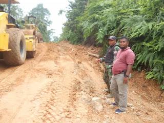 Teks foto: PUPR Rohul akhirnya perbaiki Jalinprov Rokan hingga Batas Sumbar yang rusak parah karena tak kunjung diperbaiki Dinas PUPR Riau. Padahal akses jalan itu, satu satunya akses masyarakat menghubungkan ke lima desa.