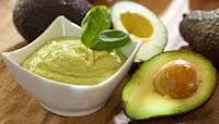 Kandungan gula serta karbohidrat di dalam buah ini sangatlah kecil,dan di dalam buah alpukat juga tidak terkandung lemak dan kolesterol.Bahkan sebaliknya buah ini sangat efektif untuk mengontrol kelebihan kolesterol darah.Khasiat alpukat ini hingga kini dipercaya sebagai obat yang paling mujarab untuk mengatasi disfungsi ereksi terutama yang disebabkan kolesterol tinggi