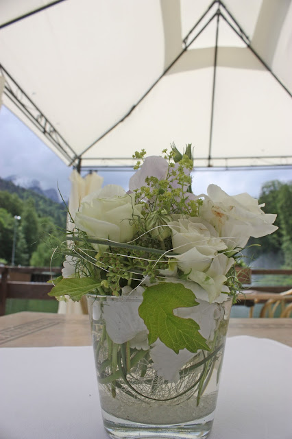 Kaffee und Kuchen zur Hochzeit, Seehaus am Riessersee, heiraten in Garmisch-Partenkirchen, flieder, weiß und silber - silver, white, lilac wedding - center pieces for reception