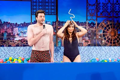 A convidada reproduz, em uma piscina de bolinhas, cena de abertura do 'Fantástico' que marcou sua carreira (Crédito: Gabriel Cardoso/SBT)