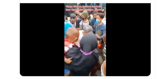 """Perilaku """"Bantuan Langsung Lempar"""" oleh Jokowi di Cirebon Pelanggaran Fatsoen Budaya!"""