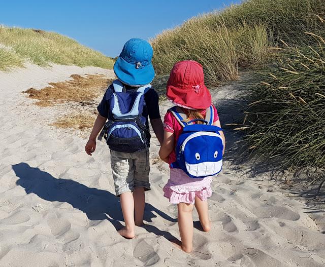 Warum unsere Kinder ihre Rucksäcke selbst tragen (+ Rucksack-Tipps). Der süße Rucksack mit dem Hai und einem Brustgurt ist nur einer meiner Tipps für den Kauf eines Kinderrucksacks.