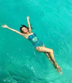 Thalía se luce en traje de baño