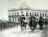 Imagen derecha: Presidente Augusto B. Leguía, a caballo, en el día de la jura de la Bandera (1908)