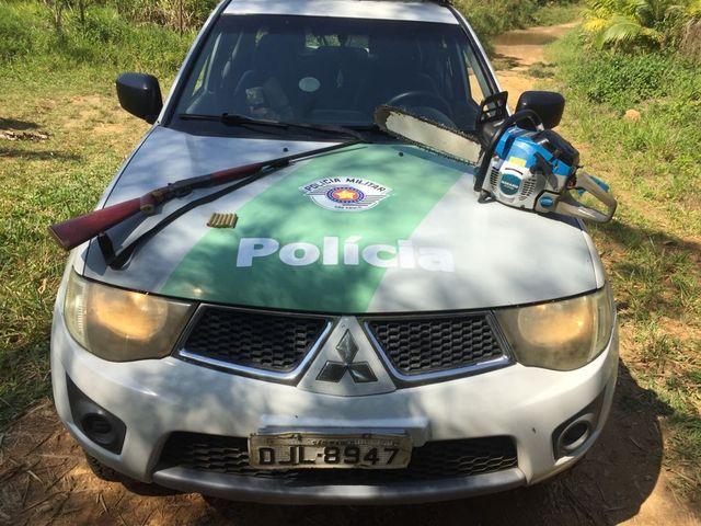 Policia Ambiental apreende arma de fogo, moto serra e flagra corte  de arvore nativa em Eldorado