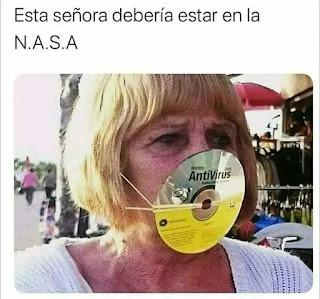Señora con mascarilla hecha con un CD de un antivirus de ordenador