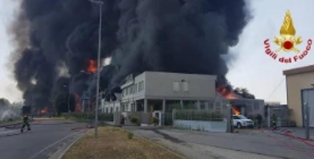 """حريق هائل بأحد المصانع ضواحي """"فيتشينسا"""" شمال إيطاليا، والسلطات تدعو السكان للبقاء في مساكنهم"""