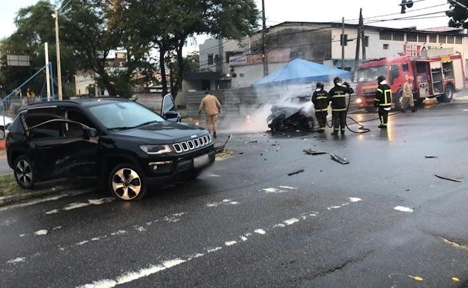 Carro pega fogo após batida na Av Capitão-mor Gouveia, na Zona Sul de Natal