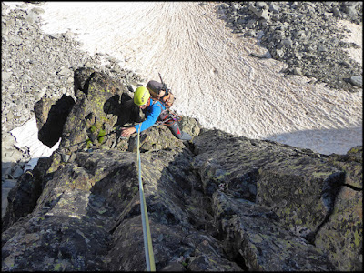 Escalando en el espolón Norte del Ramougn, primer largo