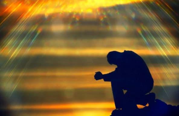 A imagem mostra um homem ajoelhado no topo de um monte, com raios de luz e fogo descendo dos céus.