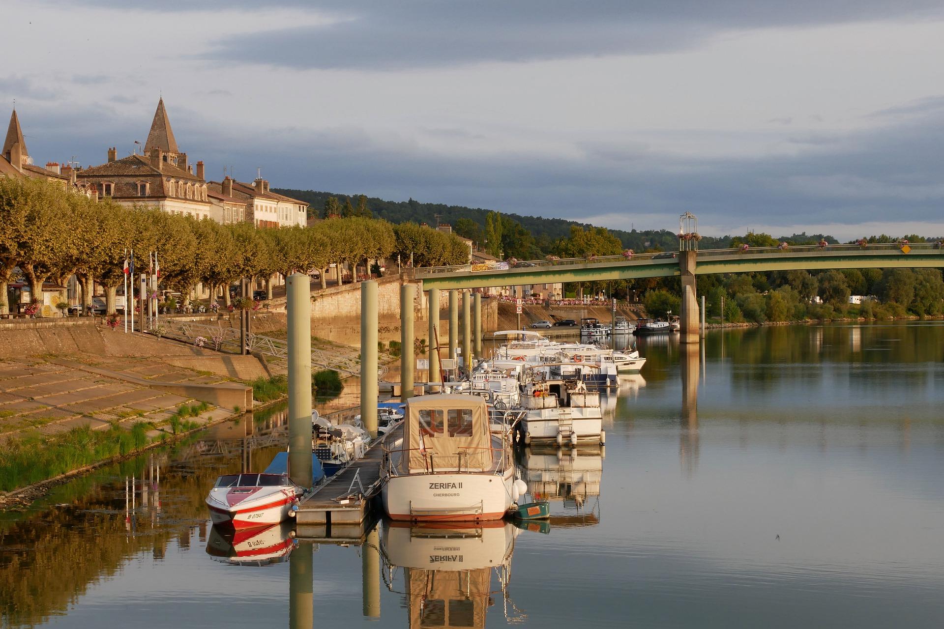 Bateaux sur Mâcon au nord de Lyon