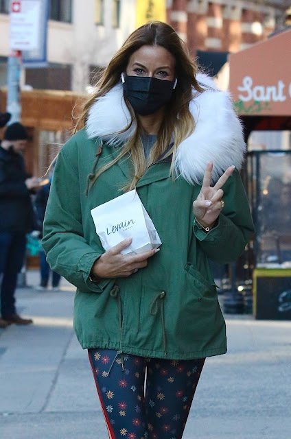 Kelly Bensimon – Shopping at Levain Bakery in Manhattan