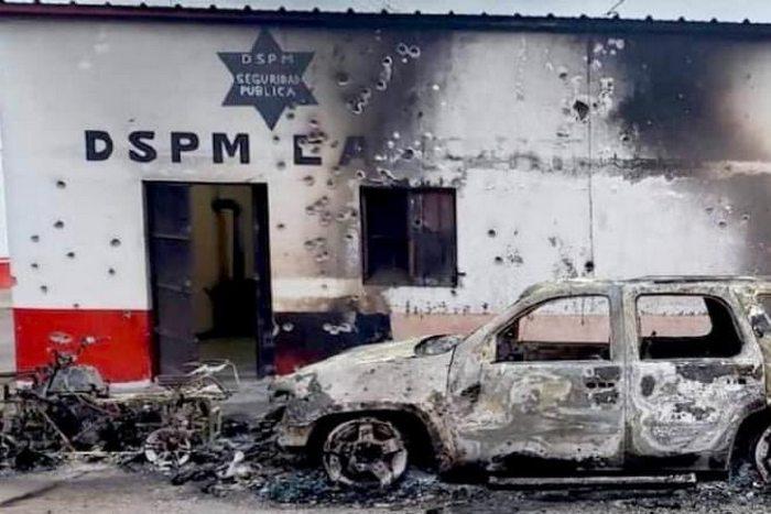 """IMAGENES: Grupo armado destruyó las instalaciones de una comisaría en Chihuahua por detención del """"H7″ líder del Nuevo Cártel de Juárez"""