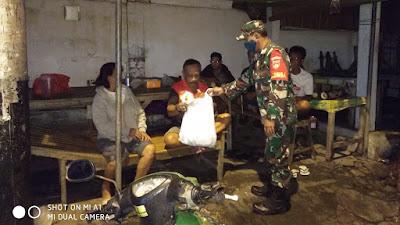 Jelang Sahur Koramil 04/Jebres bagikan 175 Nasi Bungkus ke Masyarakat