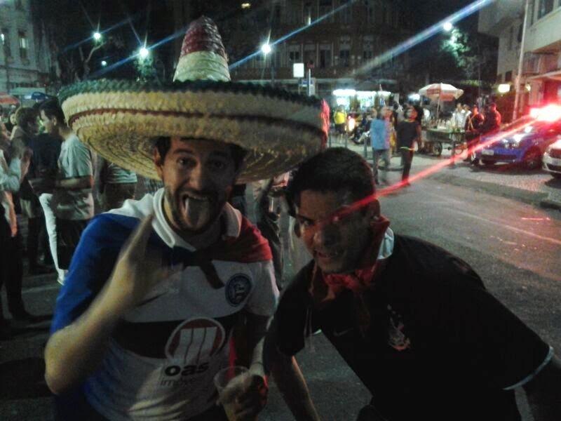 Festa na Lapa, foto com mexicano corintiano - Rio de Janeiro - Copa do Mundo Brasil 2014