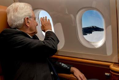 Il presidente della Repubblica Mattarella in volo con le frecce Tricolori