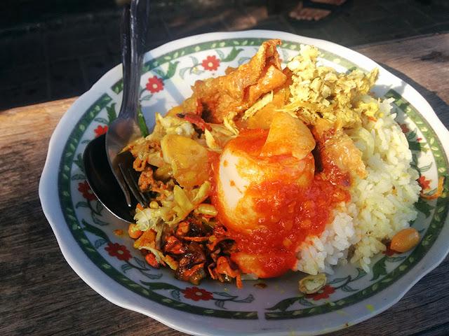 Tempat Wisata Kuliner di Bali yaitu Nasi Campur Men Weti