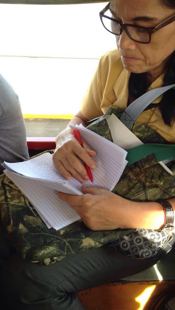 Salute! Netizens Praise Teacher Who Was Spotted Checking Papers Even Aboard Jeepney!