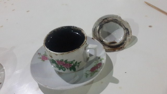 Secangkir kopi hitam;