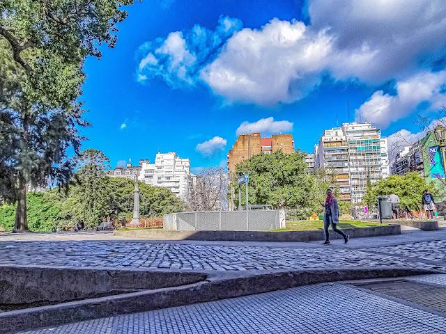 Paisaje urbano mujer caminando  por Recoleta