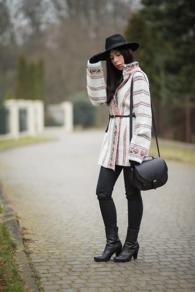 wełniany płaszcz w etniczny wzór stylizacja boho blog o modzie skórzane botki blogerka kapelusz fedora