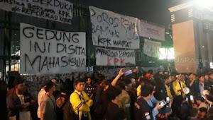 Sita Gedung DPR, Mahasiswa Bertahan untuk Batalkan UU KPK Baru dan RUU KUHP