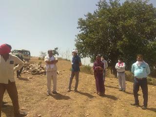 जिपं अध्यक्ष श्रीमती चौहान ने आजाद नगर के विभिन्न ग्रामों में निर्माणाधीन तालाबों का किया निरीक्षण