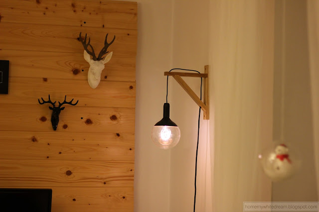 dekoracje świąteczne, choinka, drewniana ściana w salonie, jeleń, białe lustro, drewniany świecznik, Deska z odciskami dłoni / handprints on wooden plank,