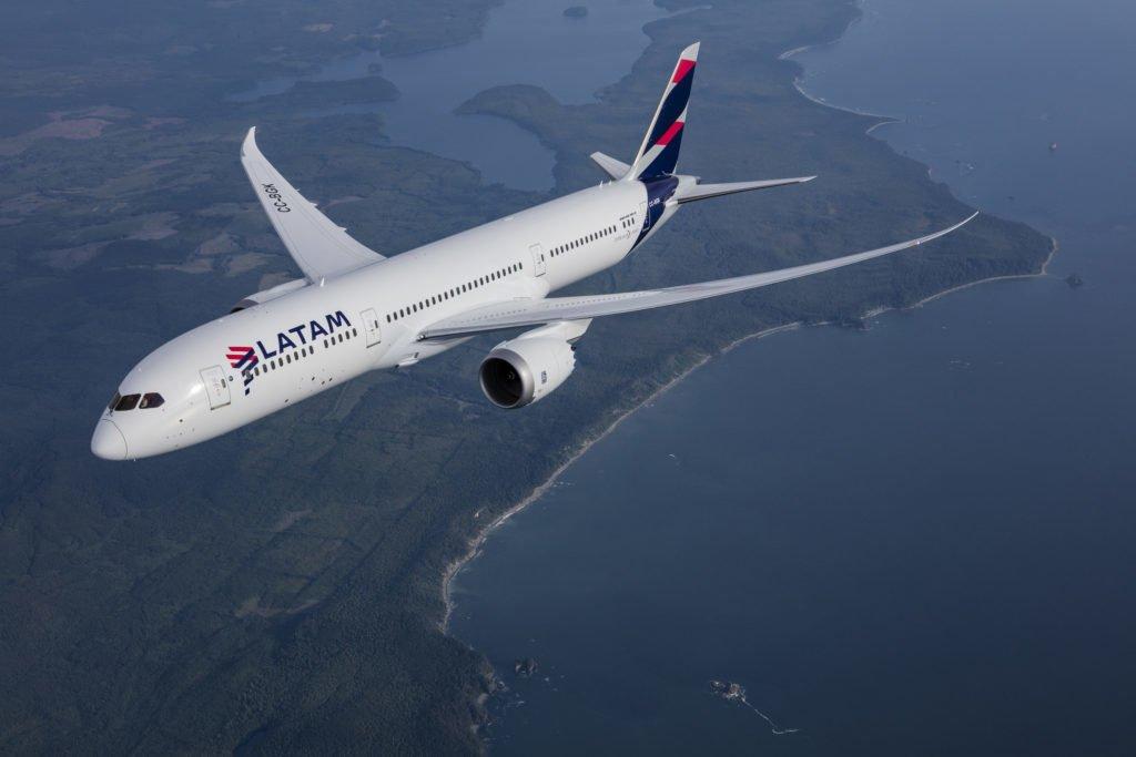 LATAM informa suspensión temporal de vuelos internacionales para pasajeros en abril