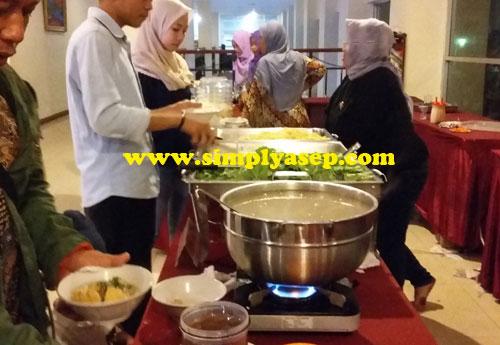 BAKSO : Berbagai hidangan yang menggugah selera bisa dipilih oleh para pengunjung.  Ini adalah hidangan berkuah : Bakso. Foto Asep Haryono