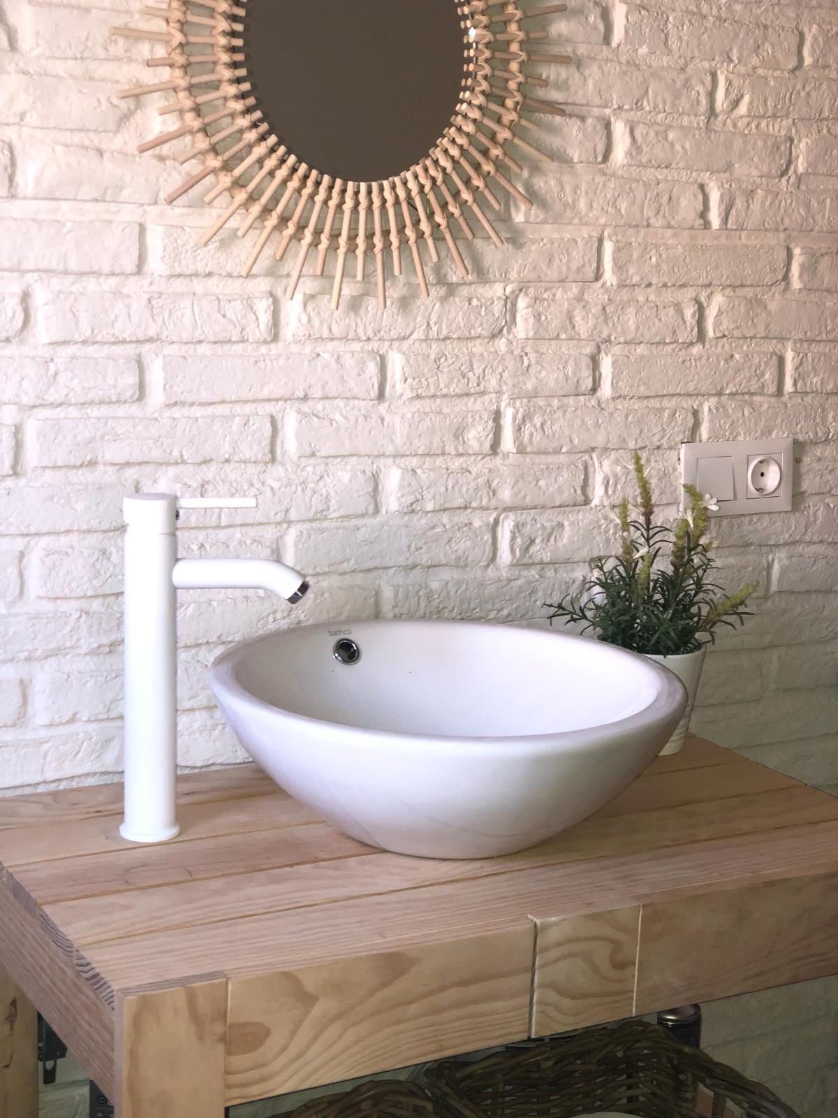 Salle De Bain Brique brique rustique blanche dans une salle de bain ~ paneldeco