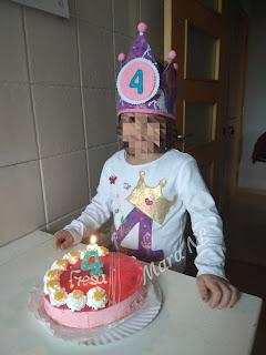 Corona y camiseta con aplicación cumpleaños