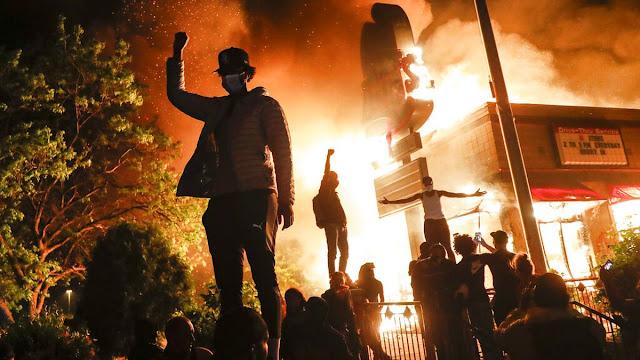 Fotografa accecata da un proiettile di gomma mentre copriva le proteste in Minnesota