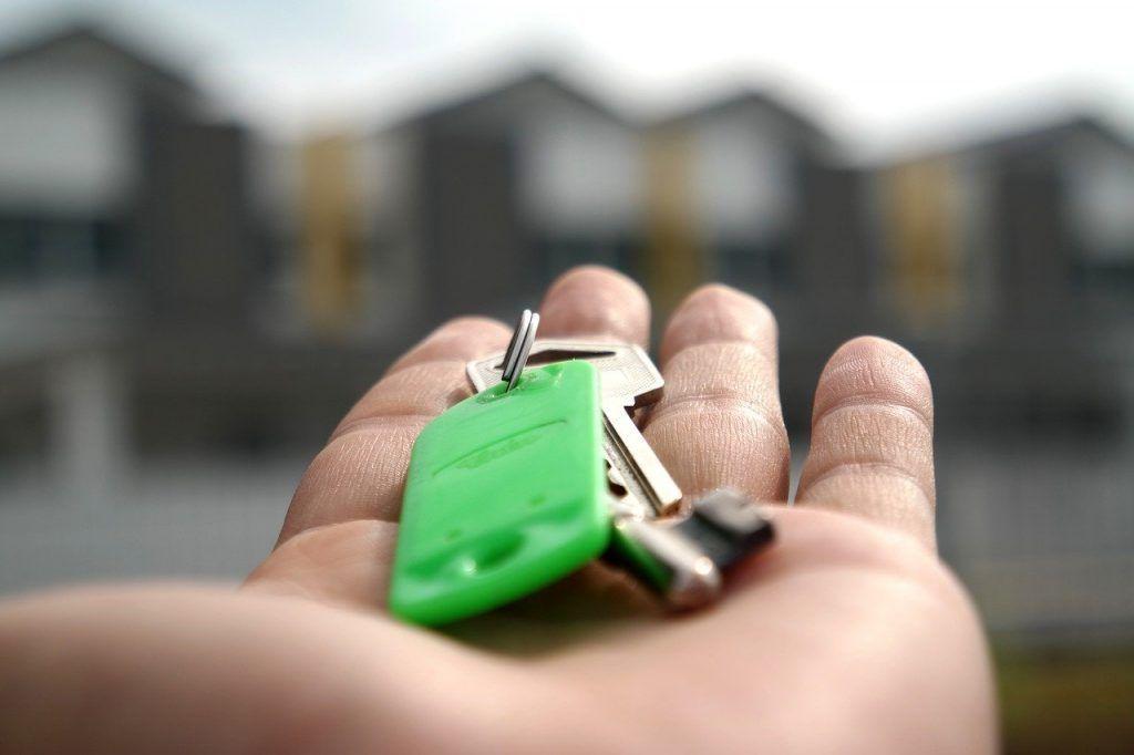 Homem segurando uma chave de casa