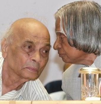 Vinda Karandikar (li) bij de uitreiking van de Jnanpeeth Award in 2003 [foto: Shanker Chakravarty in The Hindu]
