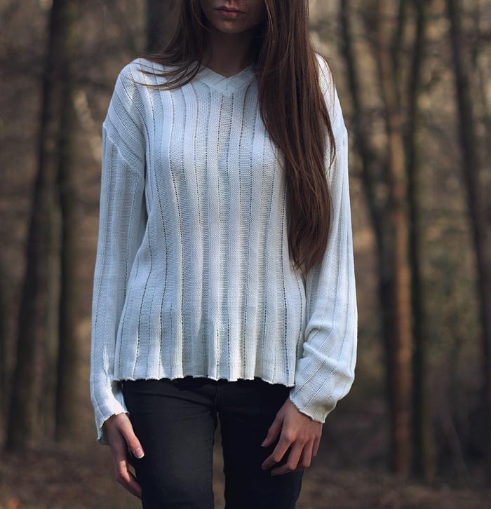 sesja w lesie, biały sweter, długie włosy