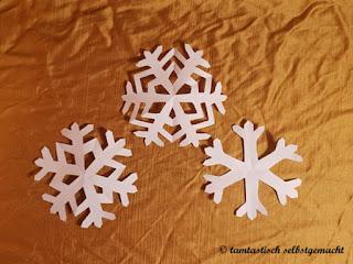 3-aus-Papier-ausgeschnittene-Schneeflocken-in-verschiedenen-Varianten