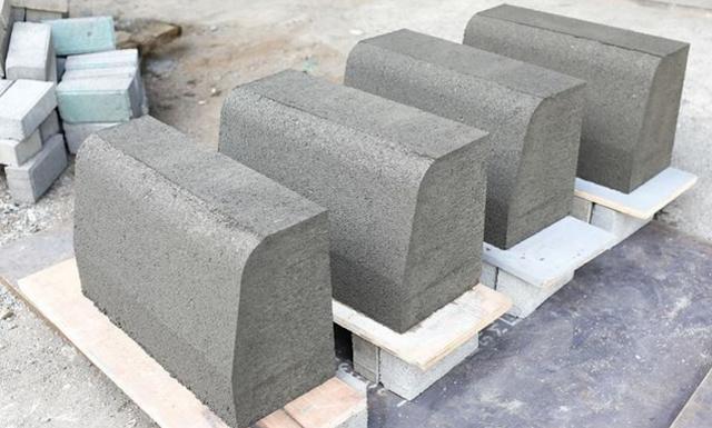 Kerb yaitu beton tepi atau pembatas jalan dengan trotoar dan median jalan  Metode Pelaksanaan Pemasangan Kerb Beton