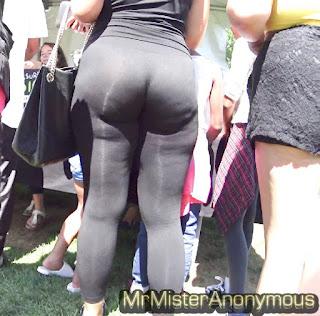 Morena hermosa leggins pegados nalgas redondas