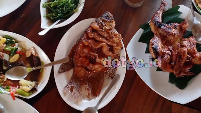 Makan Enak di atas saung Gubug Makan Mang Engking kuliner Sunda di Bekasi