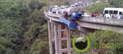 Bergantung di Jembatan Curam